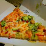 どこでも気軽に食べられる!キャプテンフックス・ギャレーの「ケイジャンシュリンプとバジルポテトのピザ」(6月まで)