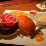 肉感が半端ない!テディ・ルーズヴェルト・ラウンジの「国産牛のハンバーガー」