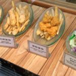【香港ディズニー】手軽に食事が楽しめる!チキンやフィッシュ&チップスを販売「ラッキー・ナゲット・サルーン」